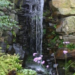Een huize waterval in de rotstuin