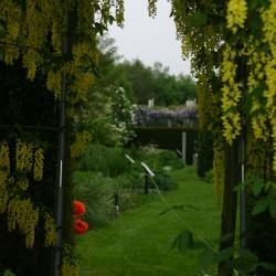 Doorkijkje naar vaste planten borders bij berceau
