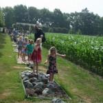 Kinderen op het blotevoetenpad tijdens een schoolreisje