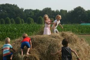 Spelen in het hooi op het blotevoetenpad