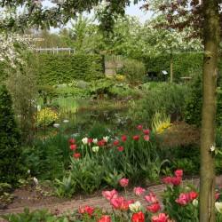 Schaduwtuin in het voorjaar